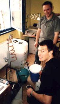 Aleks (al fondo) con su amigo Matevz, haciendo biodiésel en el cuarto de estar de Matevz.