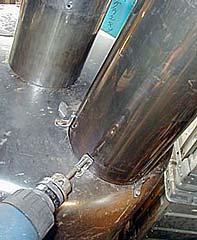 La chimenea está sujeta con tornillos y ángulos de acero