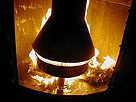 Los papeles y el queroseno del quemador ardiendo justo después de encender