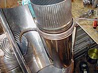 La tubería del aceite pasa por dentro del tubo del aire (a la izquierda)...