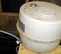 Depósito para el aceite, con válvula y tubería