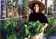 Lo que sostiene Midori es un jardincito plantado en una cesta