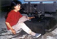 Midori arreglando una fuga en el depósito de su Land Rover 109